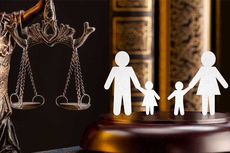 Rodzina obok wagi sądowej