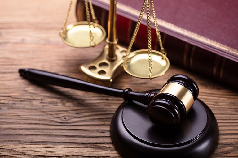 Młotek sądowy orazwaga nastole